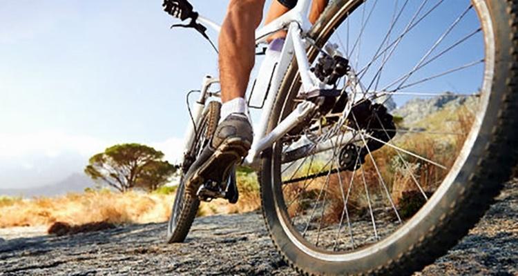 Los cicloturistas deben protegerse ante la lluvia.