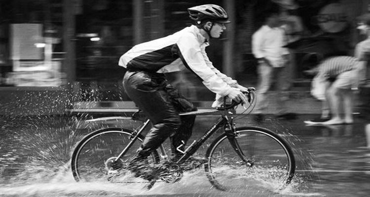 Bicicletas bajo la lluvia.