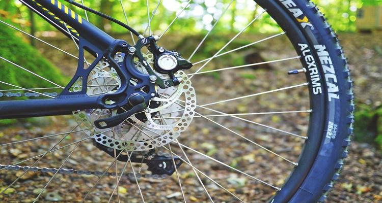Compuesto por: Biela, pedales, piñón, frenos, corona y cadena.