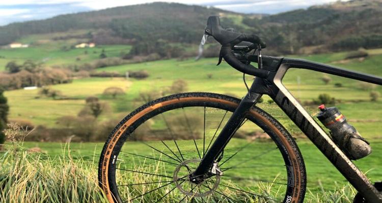 Son más grandes que las llantas de las bicicletas comunes.