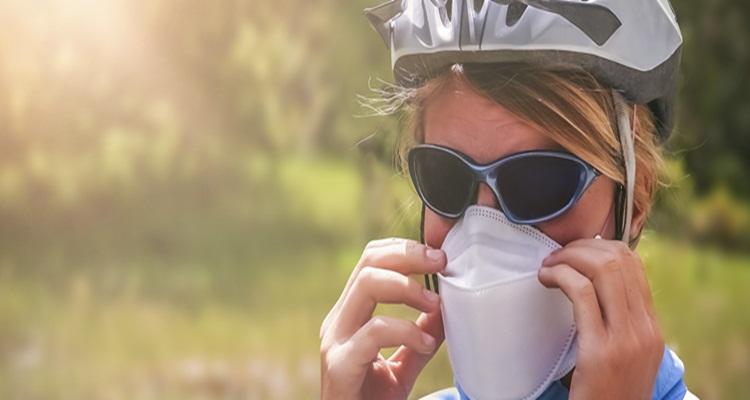 La mascarilla puede reducir la probabilidad del contagio, pero no es del todo segura.